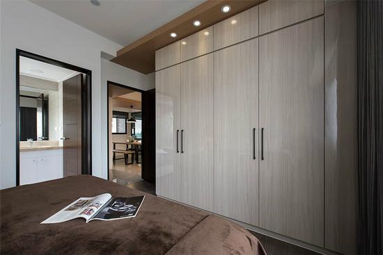 广延空间设计使用水晶面板门片,让柜体具反光和亮丽特性,降低柜体带来的视觉压迫感。