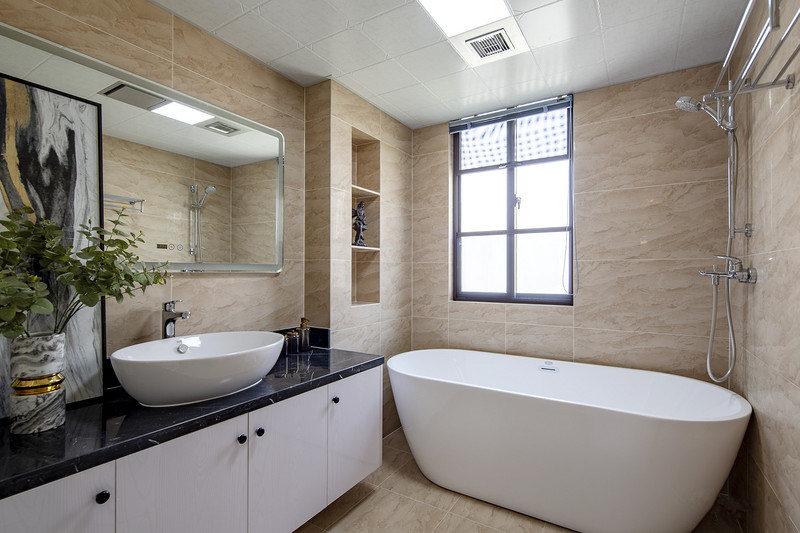 卫生间也是满足了女业主的要求,特地摆放了浴缸,壁龛设计利用了墙面空间增加了储物功能。