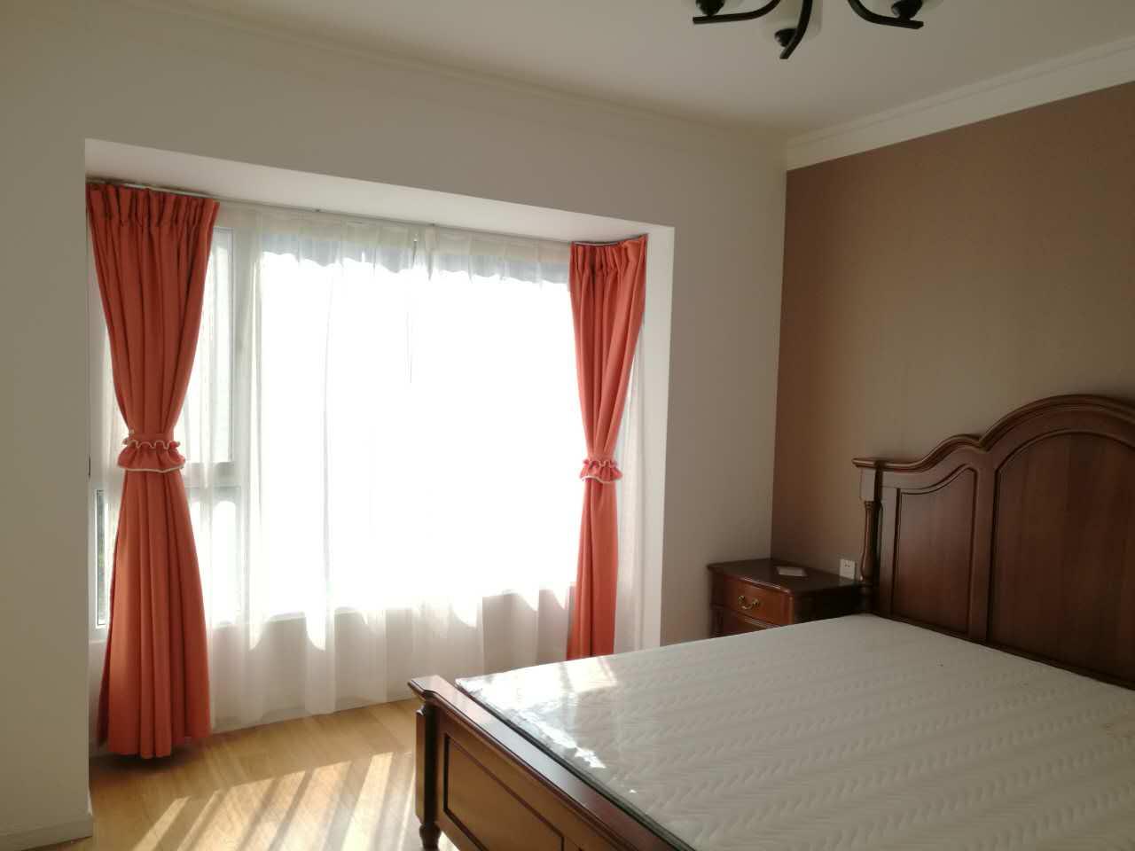 中性色调赋予卧室适度的安逸感觉,搭配橘红色窗帘,既满足功能性也能轻松拥有春意盎然的迷人景象。