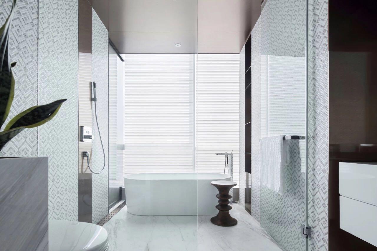 衛生間采用了玻璃進行幹濕分離,安全指數增加,使用過程中有效避免了積水。