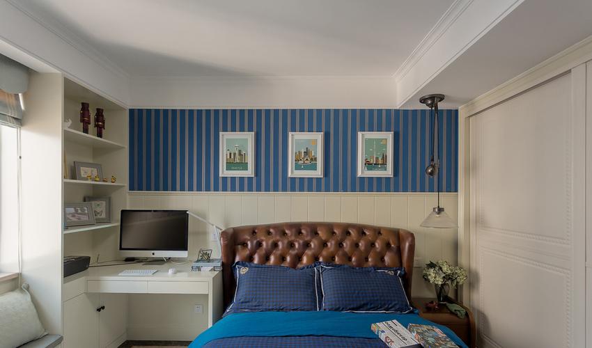 棕色皮质床让人回到旧世纪的欧洲,而蓝色的条纹又把人拉回到现代。