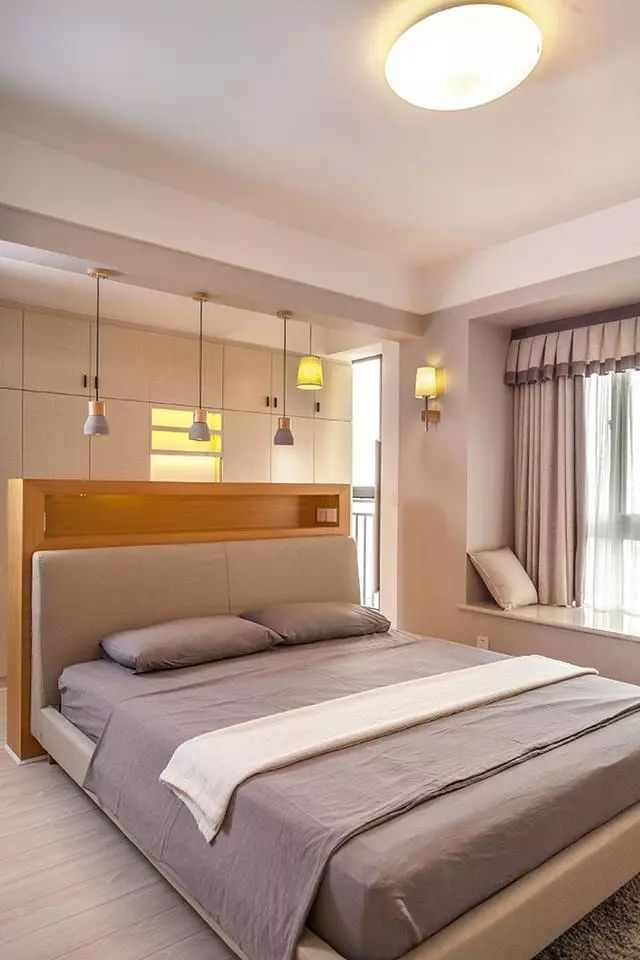 主卧点缀几盏吸顶灯,亮点是床头原木的半隔断,像这种把衣柜做在床后方的也比较少见,整体看着通透又大方。