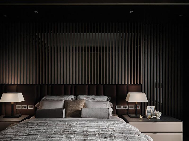 床头以格栅的视觉设计,隐约熏陶出静谧氛围。