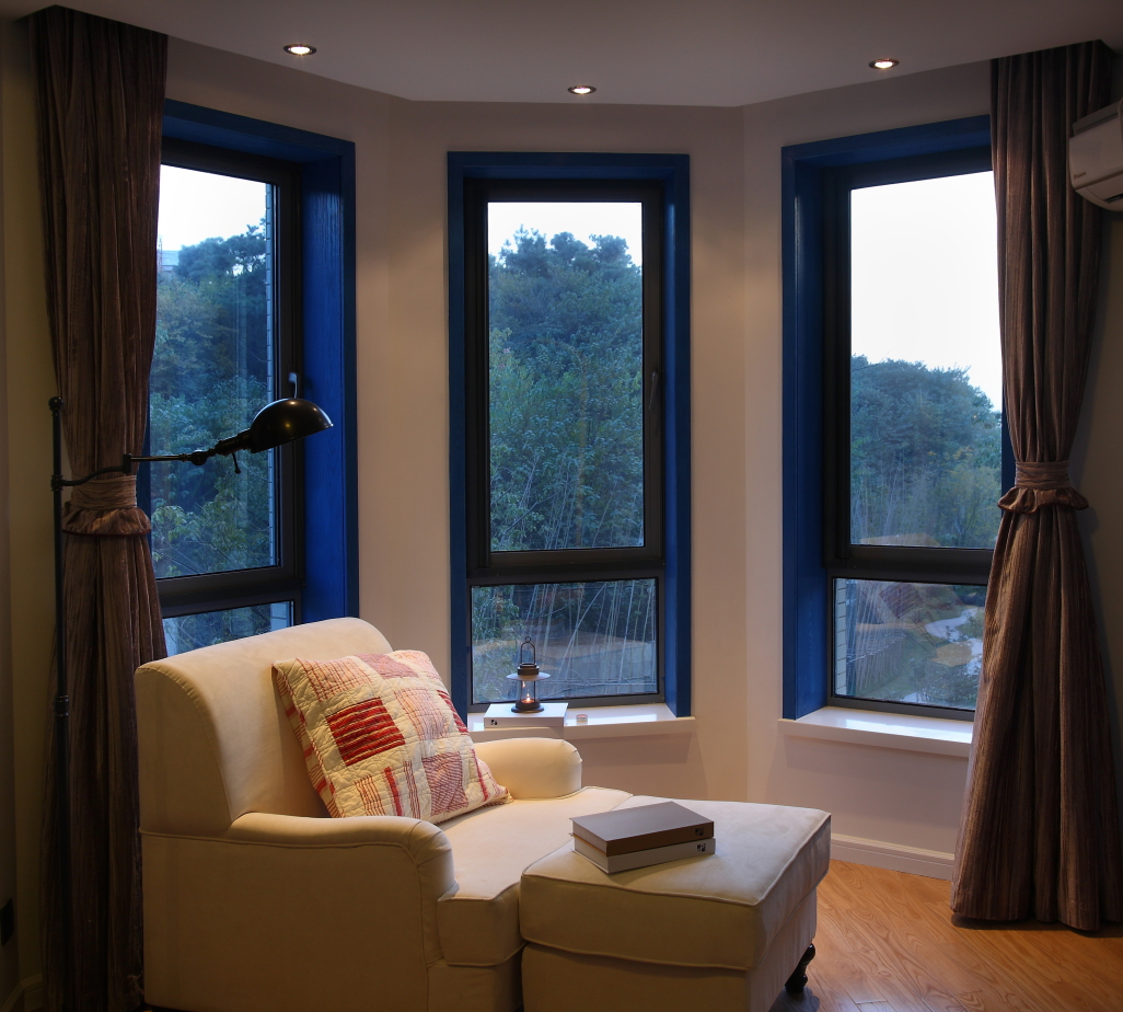 阳台旁放置躺椅沙发,主人可以更好的阅读以及畅饮,阳光足足,温馨舒适