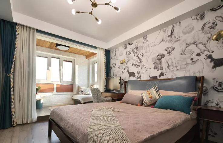 卧室床头背景选用个性的壁画,剩下的墙面采用浪漫的蓝色乳胶漆材质。进门的右侧是一排定制的衣柜。