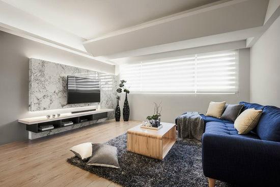 客厅上方的横梁同样以斜线造型修饰,带动视觉向上延伸,创造屋高提升的视觉效果。