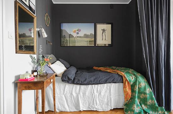 简单的书桌作为床头柜,搭配复古绿的花纹毯子,带来怀旧的情绪。