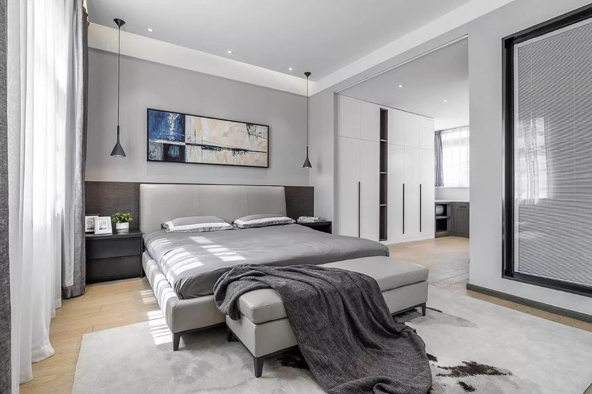 线性下垂的床头吊灯,半亚光素色真皮在深色木饰面衬托下呈现丰富的层次感。