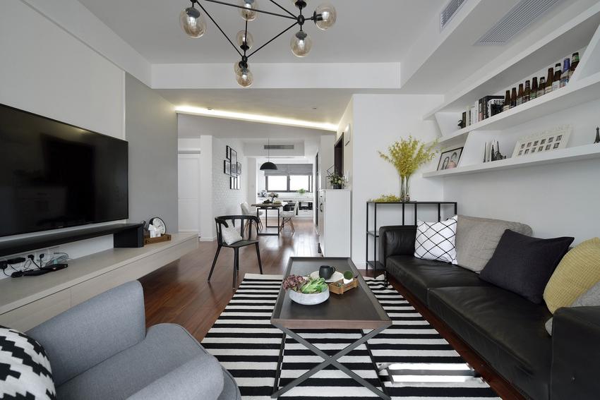 室内采光和通过极佳,黑白色的简单的搭配,时尚大方,符合屋主的气质。