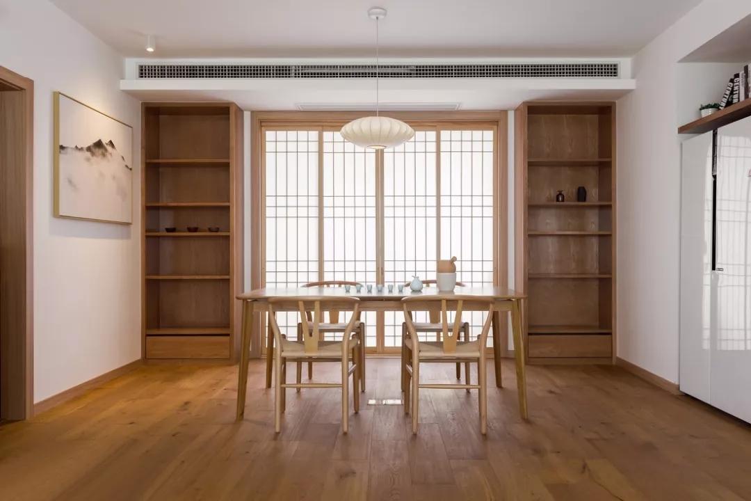 餐厅讲究对称美感,山水墨画增加了文化气息;日式格子拉门的设计使空间看起来更加通透,又不失隐秘性。