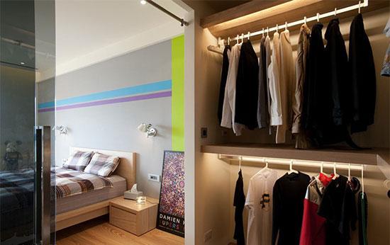 更衣与卫浴的二进式动线,透以灰镜为门,减低场域的划分性。
