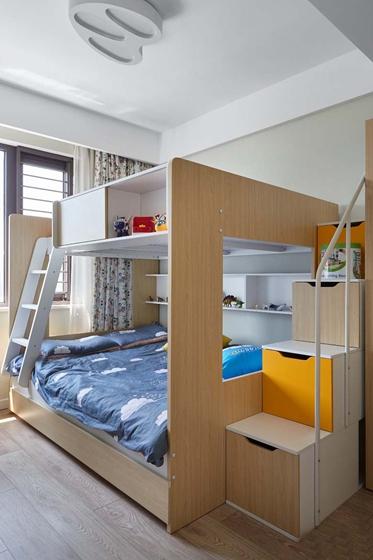 轻松、活泼的元素更符合儿童。将床安排在下层也更安全。