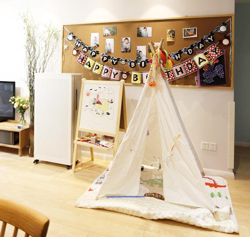 除了儿童用房,在客厅的空旷位置,用宜家的帐篷搭出一个游戏的区域,宝宝可喜欢在这里玩耍啦。