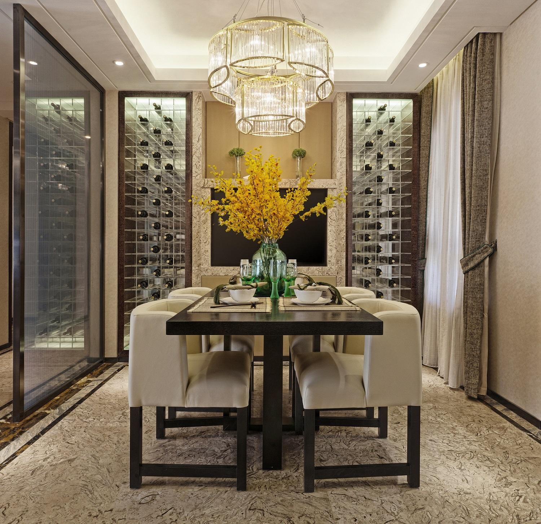 餐厅整洁大方,两侧酒柜设计非常具有时尚感,与玄关用玻璃隔断分开,更有一种朦胧感。