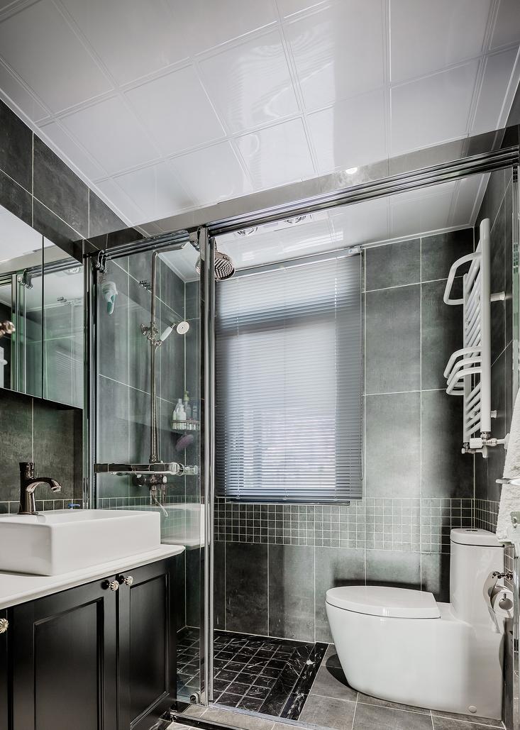 客卫虽然不大,但将马桶与淋浴区合二为一后,增强了卫生间的实用功能,黑白灰的配色,显得深沉又特别。