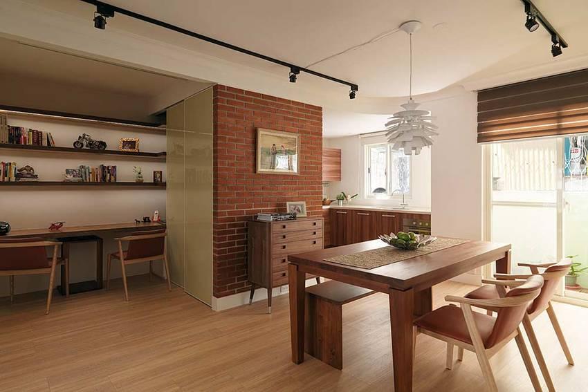 餐桌实用了可折叠的餐桌,翻开桌面可以满足多人同时用餐,餐边的矮柜可以收纳一些零碎的物品。