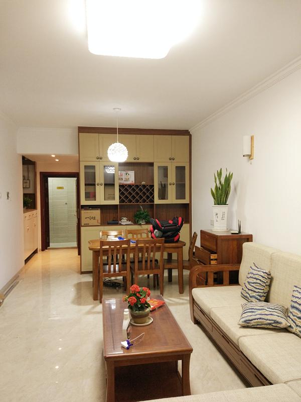 干净的瓷砖地面,实木桌椅,简单的布艺沙发加上条纹靠垫,不同种类的植物在各个角落里点缀着整个家。