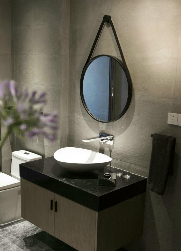 卫生间采用灰色磁砖,让整个空间看起来很有艺术感,舒适。