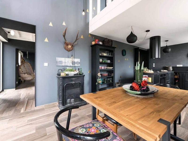 开放式厨房与餐厅,颜色由深到浅,很好的过度,空间上和谐一体。