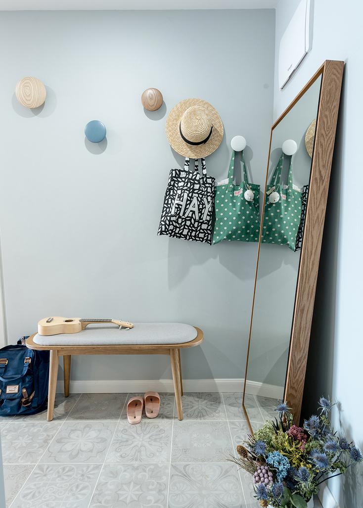 进门处选择耐污耐磨的暗灰色水泥砖,材质颜色与整体色调协调。