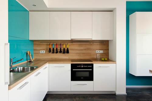 利用木地板以及天花板和厨房的部分设计中的木建材,让空间显得更加宁静温馨。