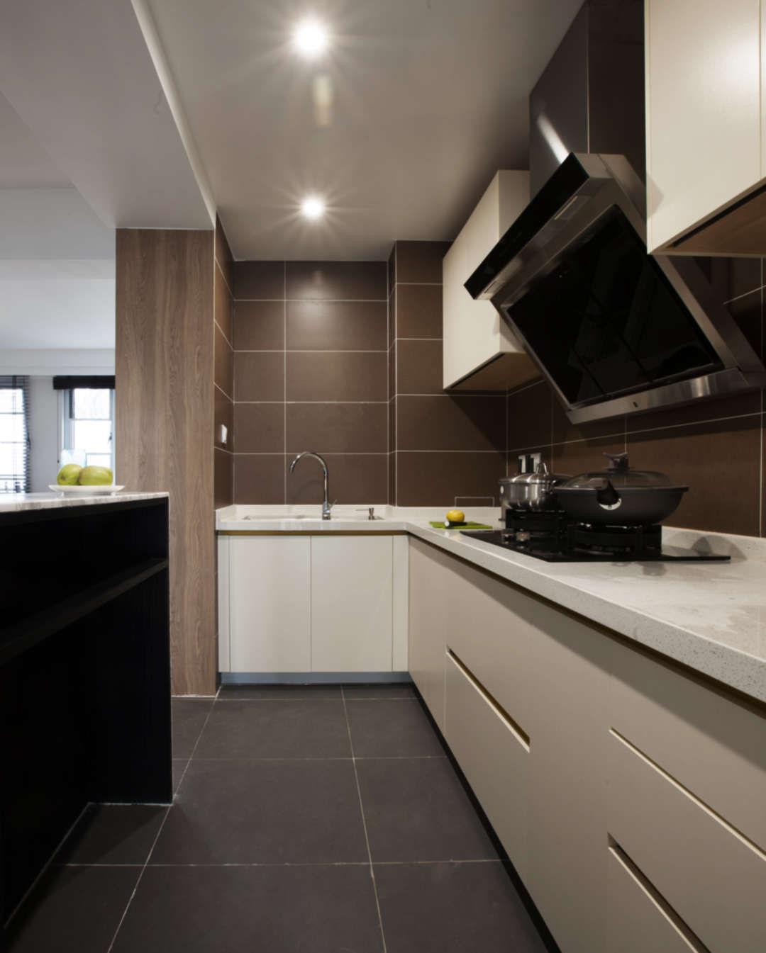 吧台的设置让半开放式的厨房更加围合,并且有了更多的操作空间,朋友聚会时也是一个不错的互动区域。