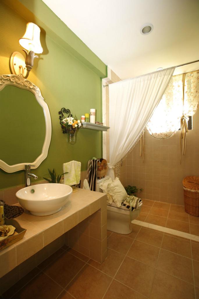 卫生间洗漱台和浴池用帘子做了干湿分离,绿色主题环保