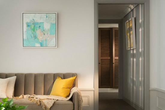 淡雅的素色墙面,挂上屋主创作的艺术化,藉由其鲜明色彩点亮空间独特表情。