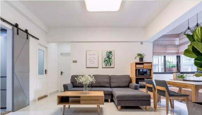 客厅地面通铺浅色瓷砖,无过多修饰的顶面装一盏简约吸顶灯,不影响层高。
