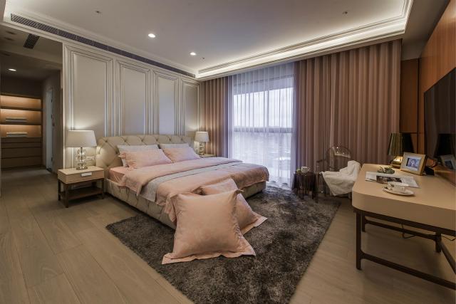 宽大的落地窗,极大增加了空间的光线,石膏线背景墙再加上玄关增加空间立体感。