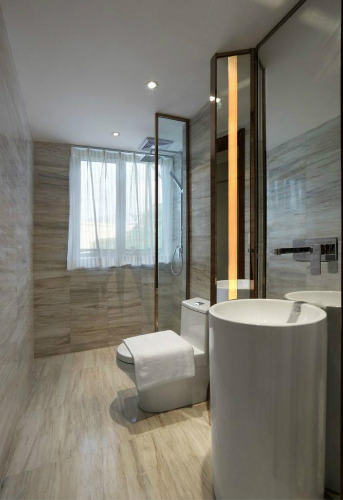 卫生间用玻璃做了干湿分离,白色为主干净整洁