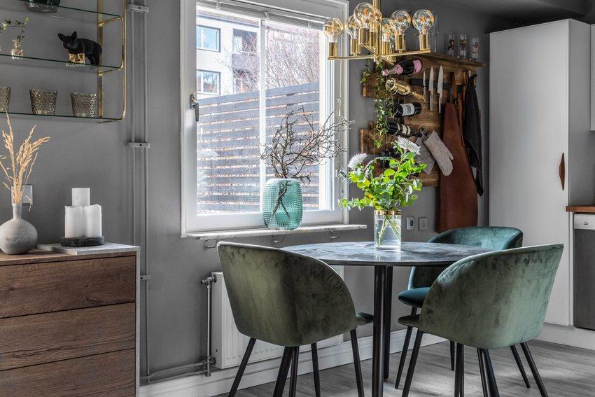 绿色餐桌椅,还不忘记搭配上绿植,那样看上去空间清新舒适。