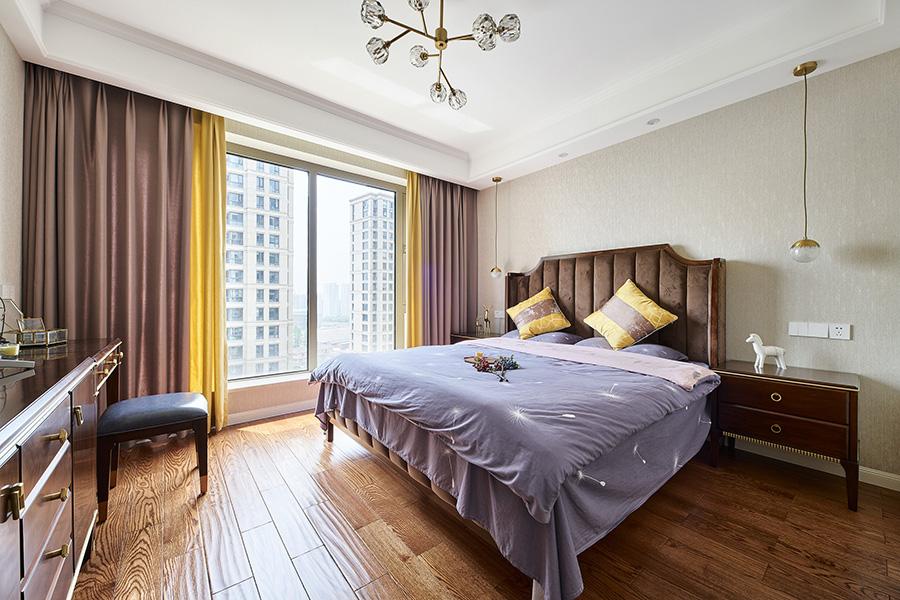 高级绒质床头与净色背景墙相互融合,使空间更显张力,粉黄色窗帘营造妩媚感。