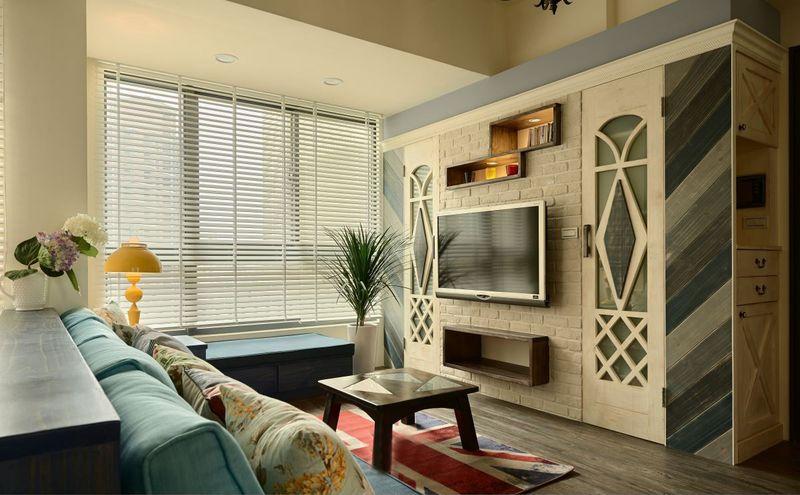 客厅布局紧凑,色彩淡雅,百叶窗的选用营造出一种午后宁静的感觉。