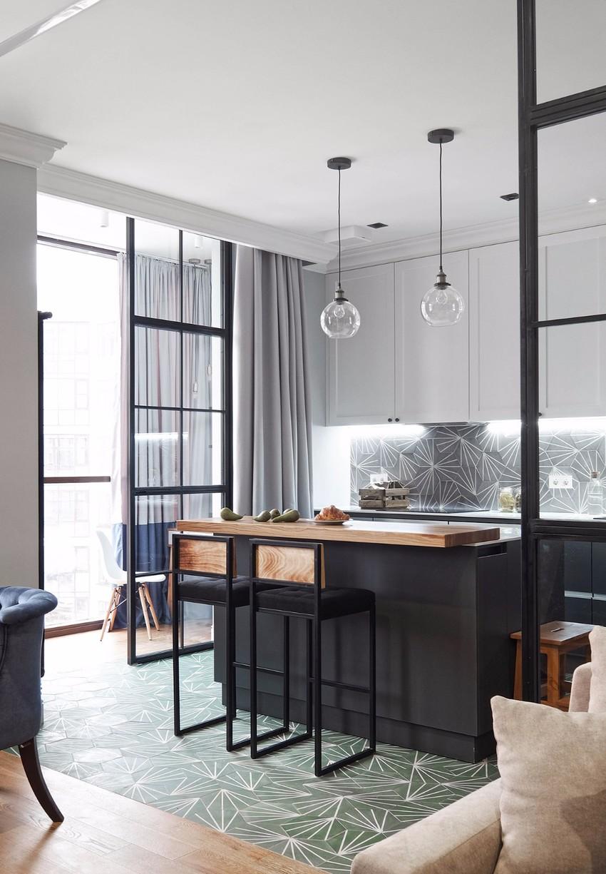 开放式厨房以金属灰和白色为基调,地面和墙面使用花纹略微繁杂的瓷砖,有简有繁,恰到好处。
