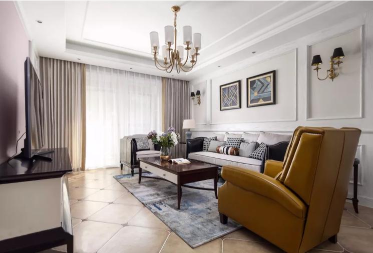 沙发、茶几与壁灯之类的家具都很上档次,黑、灰、金三种颜色尽显时尚协调感。