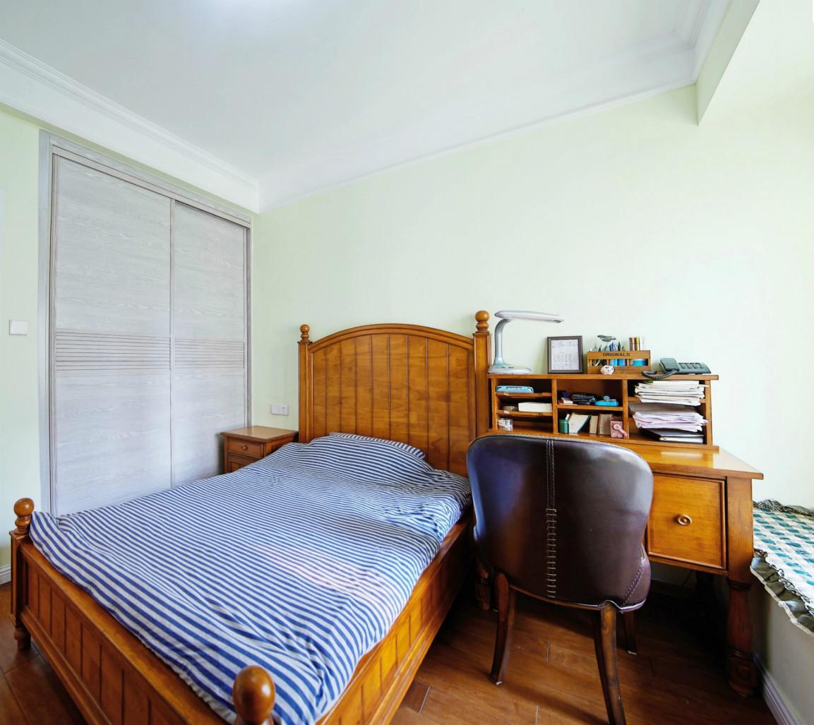 卧室空间比较小,暖色调为主,背景做了简单造型
