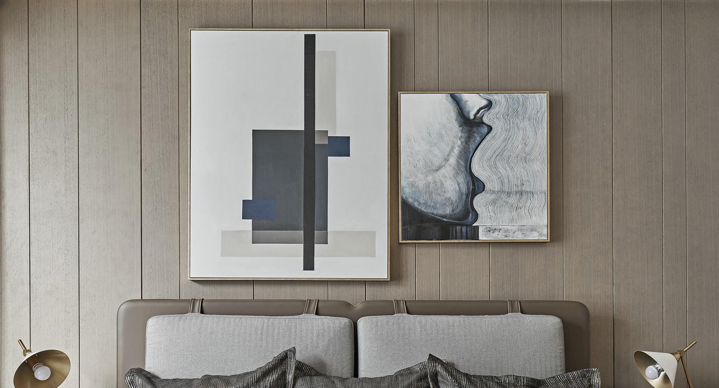 背景墙采用木板打造,空间看上去稳重而不失温馨感,搭配品质软装空间档次得到提升。