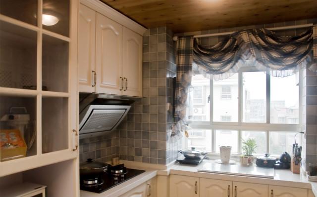 格子墙砖跟同色系窗帘,让空间显得唯美、自然,这种设计很容易赢得人们的好感。