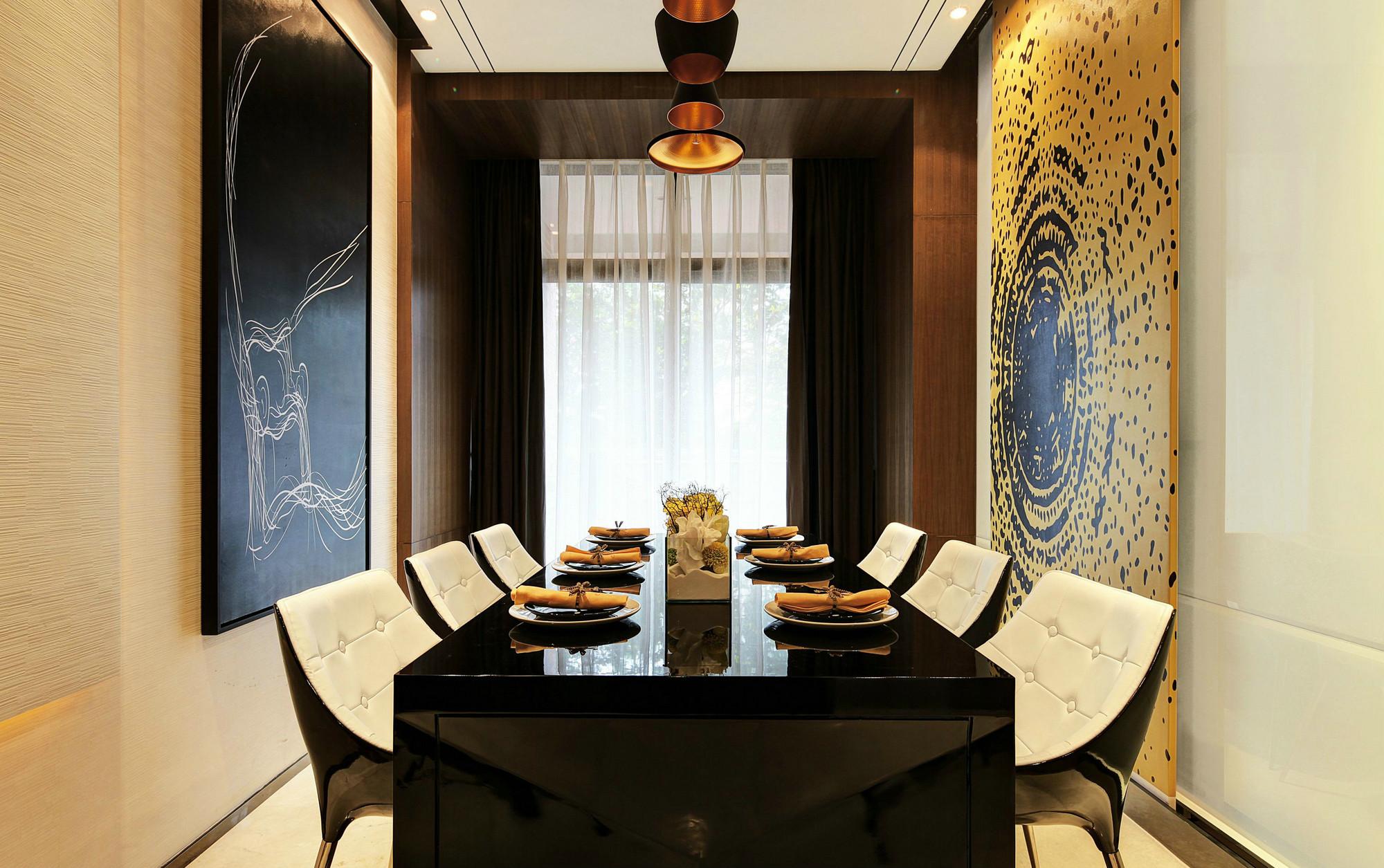 餐厅别致的是,墙面以原木镶边墙面为装饰,很是时尚