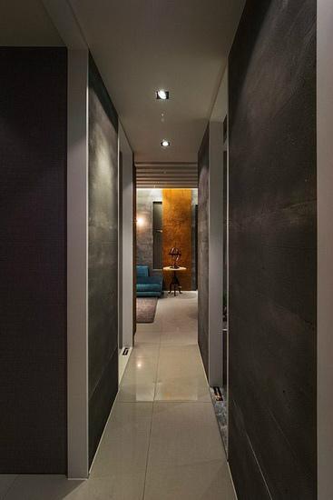 廊道同样以灰色系做铺陈,营造沉静内敛的空间表情。