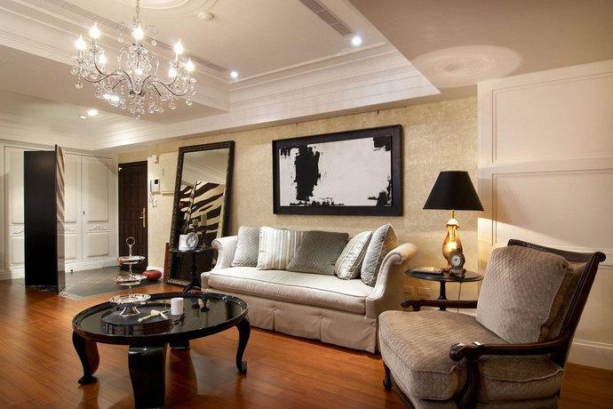 里面点缀壁饰挂画,水晶吊灯等经典元素,层次架构更加清楚完整,为低调奢华写下与众不同的居家品味。