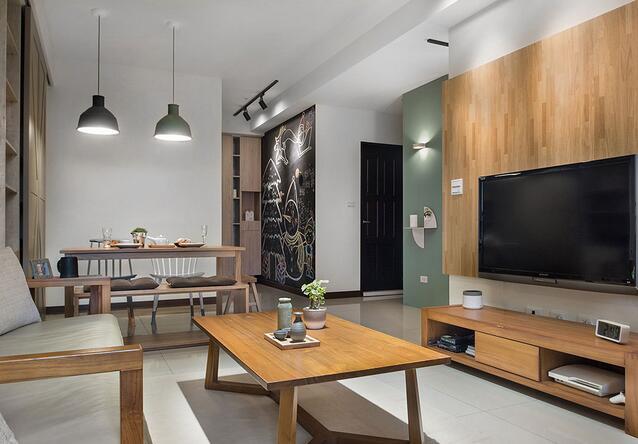 于玄关入口的壁面漆上黑板漆作为涂鸦墙使用,除了丰富生活机能之外,亦为居家空间增添趣味风景。