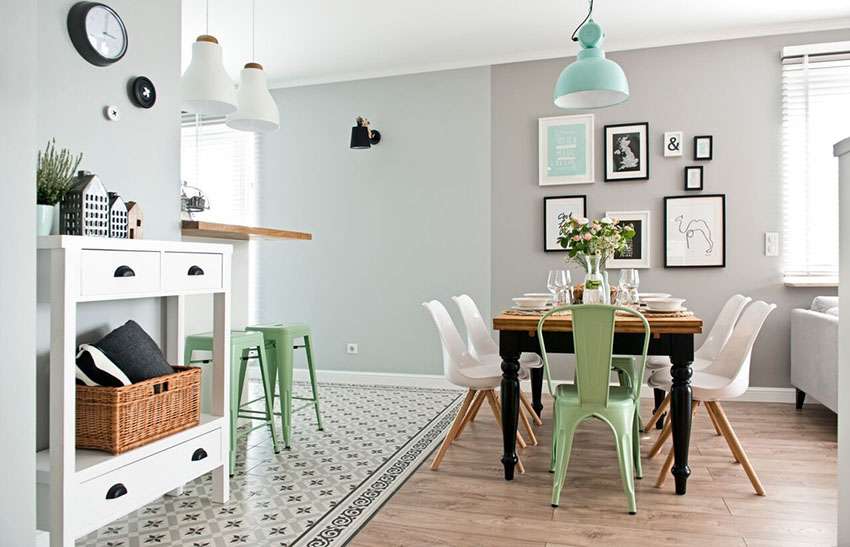 薄荷绿色的餐椅,同色系的吊灯、靠垫、装饰画,通过一系列的点缀,让空间既整洁舒适又充满令人沁脾的气息。