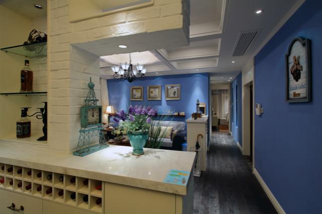 走廊墙面全部以紫色进行粉饰,整个空间更显的自然清新,客厅与餐厅之间打造成一个收纳墙,方便实用且美观。