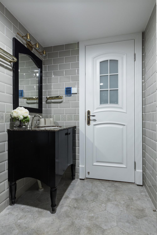 卫浴空间以浅灰色为主,采用玻璃进行干湿分离,白色洁具解除沉闷感,带来活力。