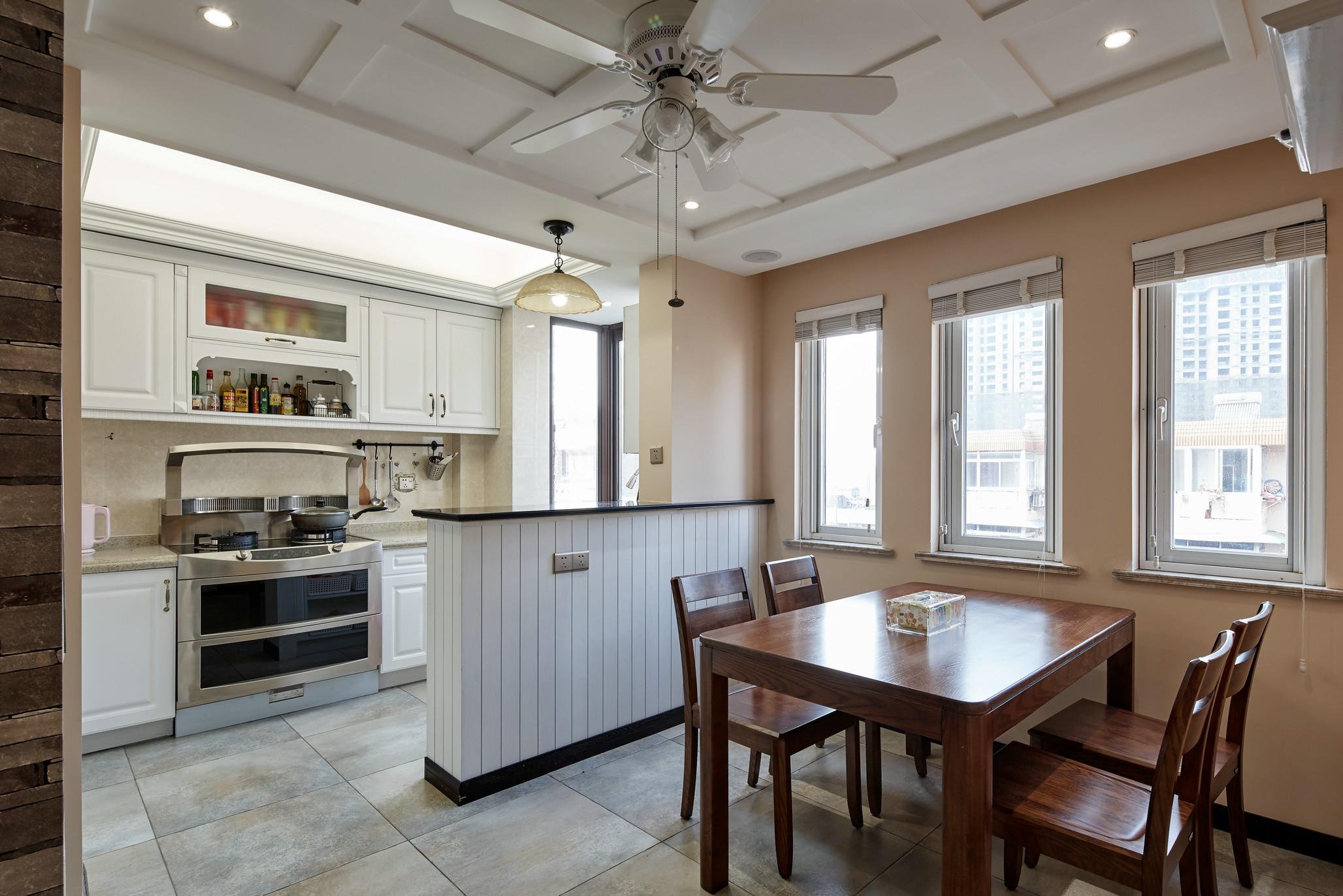 餐厅可厨房是一体式。都是开放式的拉长空间视觉感