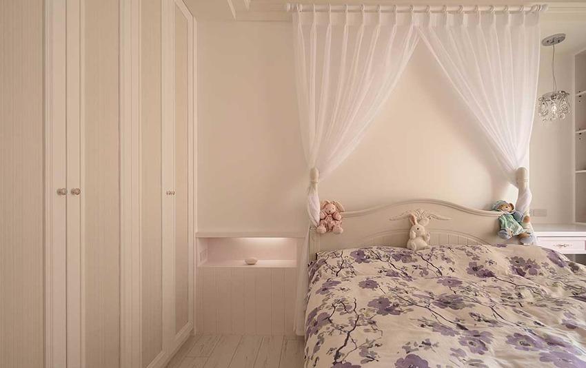 挪用部分主卧衣柜深度,在女儿床头贴心配置出随手置物的内嵌区块。