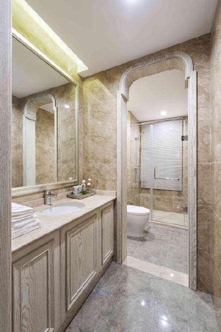 卫生间采用浅色设计,显得宽敞明亮,干湿分离让居住更加舒适。