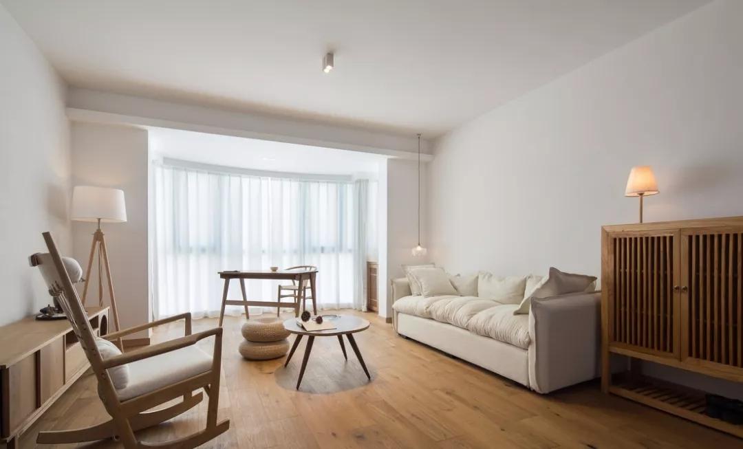 客厅整体感觉自然简单;大量采用木质元素,增加了空间的温润的质感。